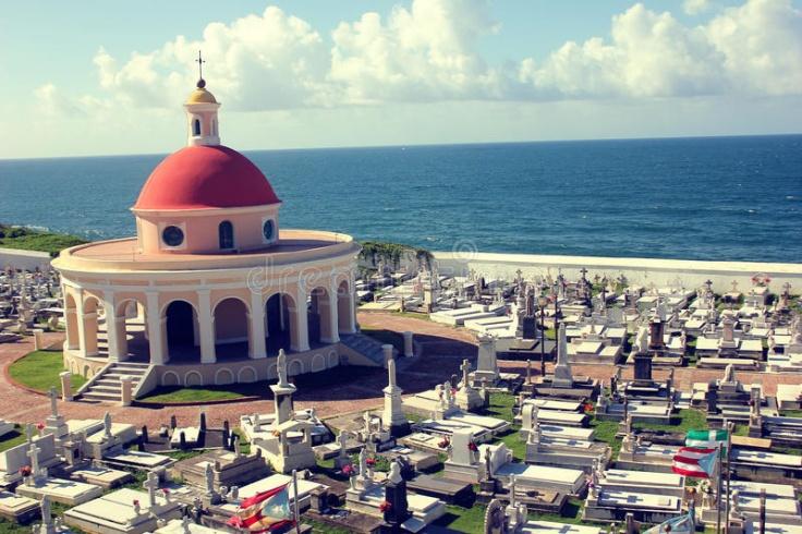 cementerio-histórico-y-bandera-puertorriqueña-en-castillo-san-felipe-del-morro-47772737